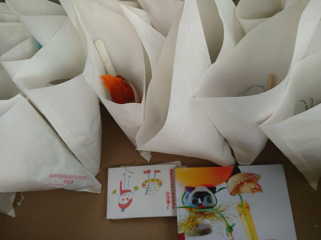 Eine Kiste mit gepackten Erfindertüten.